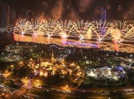 واجهة المجاز المائية بالشارقة تستقبل العام الجديد بعرض مذهل للألعاب النارية