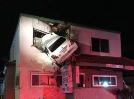 حادث سيارة في الطابق الثاني