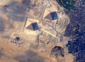 أهرامات مصر تشعل المنافسة بين رائدي فضاء