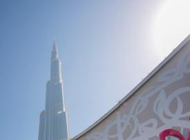 بالصور: عمل فني مستوحى من الخط العربي خارج أوبرا دبي