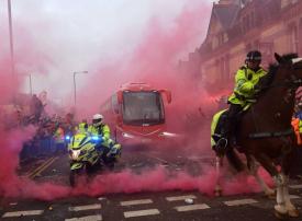 بالصور: جماهير ليفربول تعتدي على حافلة مانشستر سيتي قبل اللقاء