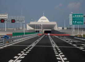 """الصين تفتتح أكبر جسر بحري في العالم """"به من الفولاذ ما يكفي لبناء 60 برجًا بحجم إيفل"""""""