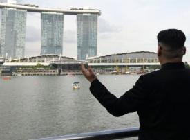 """بالصور: ممثل يقنع السينغافوريين أنه """"كيم جونج أون"""""""