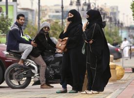 وزارة الداخلية السعودية توضح ما إذا كانت الوردة والإيموجي ستعتبر تحرشاً