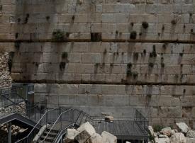 بالفيديو.. سقوط صخرة من حائط البراق بالقدس