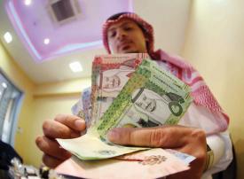 الرياض تنفي فرض رسوم على التحويلات النقدية للأجانب في السعودية