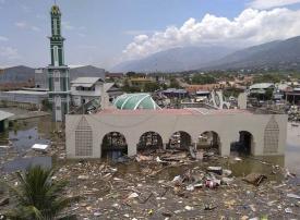 زلزال إندونيسيا يهز المسجد.. والكاميرا ترصد رد فعل المصلين