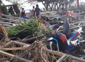 بالصور : مقابر جماعية لضحايا الزلزال والتسونامي في إندونيسيا