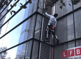 بالفيديو.. الرجل العنكبوت يتسلق برجا في لندن والشرطة تعتقله