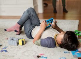 الطفل السعودي يستلم أول هاتف محمول في السابعة!