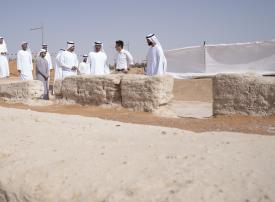 شاهد.. محمد بن زايد يزور أقدم مسجد أثري في مدينة العين