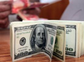 الدولار يرتفع مع تضرر العملات المنافسة من تبني بنوك «التيسير النقدي»