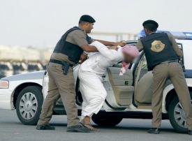 فيديو: الإطاحة بشاب سعودي سلب عجوزاً ماله