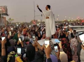 شابة سودانية تثير الحماس على مواقع التواصل وتلقب بـ «أيقونة الثورة»