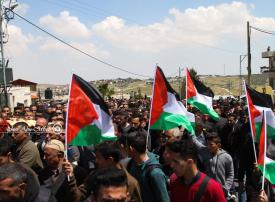 جموع غفيرة تشيع معلمة فلسطينية دهسها مستوطن قرب بيت لحم