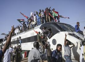 بالصور: قطار ينقل المحتجين إلى الخرطوم للاعتصام أمام مقر قيادة الجيش