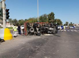 بالفيديو.. تدهور مركبة محملة بأسطوانات غاز في أبوظبي