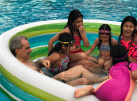 أغنى رجل أعمال في السعودية ينشر صوراً مع حفيداته بلباس السباحة