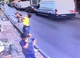 من هو الشاب الجزائري الذي أنقذ طفلة سورية من موت محقق؟