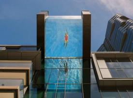 بالصور : مسبح معلق على ارتفاع 80 قدما في الهواء
