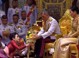 شاهد.. ملك تايلاند يتزوج عشيقته بحضور زوجته الملكة