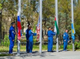 المنصوري والنيادي يرفعان علم الإمارات قبيل الانطلاق به إلى الفضاء