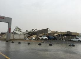 بالصور.. رياح شديدة تتسبب بسقوط سقف معرضي سيارات في عجمان