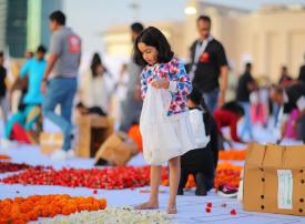 شاهد أكبر سجادة زهور في العالم.. متطوعون يتسابقون لإنجازها بدبي