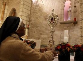 بالطريق إلى بيت لحم.. القدس تستلم قطعة خشبية من أثر المسيح