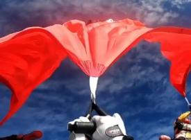 الإمارات تدخل «غينيس» بأكبر علم يحلق في القفز الحر.. فيديو