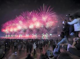 بالصور : الألعاب النارية تنير سماء الإمارات احتفالاً باليوم الوطني