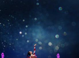 النوافير الراقصة في ياس مول تتطاير عاليا