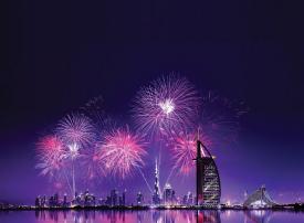 عروض لمشاهدة الألعاب النارية عبر وسائل النقل البحري في رأس السنة بدبي