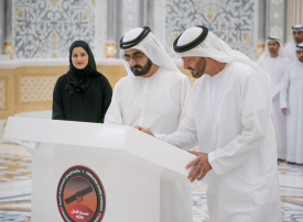 شاهد محمد بن راشد و محمد بن زايد يوقعان على القطعة الأخيرة في مسبار الأمل