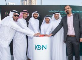 «أيون» توقع اتفاقية تجهيز محطات شحن للمركبات الكهربائية بالشارقة