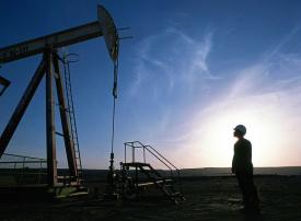 أسعار النفط تهوي لأدنى مستوى في 13 شهرا