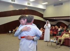 مفاجأة مؤثرة من شرطة دبي لنزيل أوروبي محكوم بالمؤبد