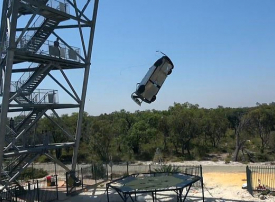 مهندس سابق في ناسا ينشر لقطات لسيارة يرميها من ارتفاع 44 مترا على ترامبولين