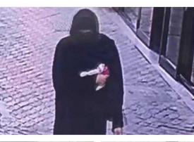 ميزته من مشيته.. شرطة دبي تكشف هوية سارق تنكر بعباءة ونقاب