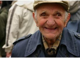 شاهد رجل عمره 101 سنة وامرأة عمرها 102 سنة يشفيان من فيروس كورونا المستجد