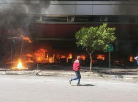 شاهد لقطات من اضطرابات عنيفة تهز طرابلس في شمال لبنان ومقتل أحد المحتجين