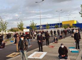 بالصور مسلمو ألمانيا يصلون بمواقف أيكيا لضمان التباعد الاجتماعي