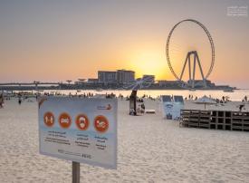 """شاهد شاطئ """"ذا بيتش"""" في دبي يرحّب بالزوّار ورواد الشاطئ وسط تطبيق الإجراءات الوقائية"""