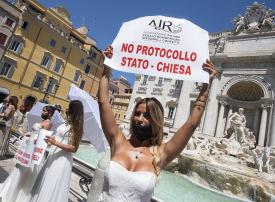 شاهد احتجاجات عرائس إيطاليا ضد تأجيل خفلات زفافهن