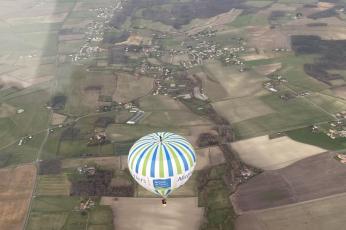 شاهد تحليق مغامر فوق منطاد على ارتفاع ألف متر