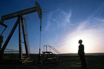 النفط يصعد في ظل بيانات صناعة إيجابية تواجه مخاوف الفيروس