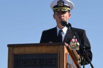 شاهد جنود أمريكيين في وداعهم لقائد حاملة طائرات أقيل بسبب شكواه من انتشار فيروس كورونا