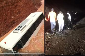 شاهد إنقاذ 20 راكبا من باص غرق في وادي حتا