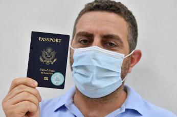 موظفو الجوازات في مطارات دبي يبدأون  باستقبال الزوار والمقيمين