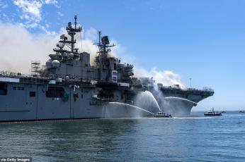 شاهد رجال الإطفاء يكافحون حريقا على سفينة حربية أمريكية
